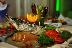 Artístico se adorna con el sterlet de los pescados de Gefilte cocido totalmente una delicadeza del cocinero - un plato de la carn fotos de archivo
