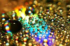 Art abstrait avec la baisse de l'eau sur une surface colorée images stock