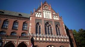 Art Academy de Letonia en día soleado del verano, es una institución de una educación más alta y de la investigación científica e almacen de video