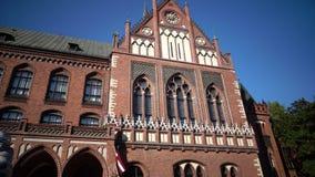 Art Academy de Letonia en día soleado del verano, es una institución de una educación más alta y de la investigación científica e metrajes