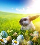 Art April Easter kanin; behandla som ett barn kanin och easter ägg på vårblomman royaltyfria foton