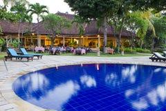 Art auf Gaststätte mit Pool Stockfoto