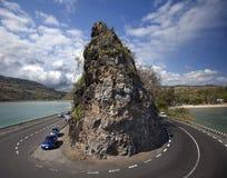 Art auf plötzlicher Kurve der Straße und des Felsens Stockbild