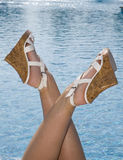 Art auf Pool durch weibliche Füße Lizenzfreie Stockfotografie
