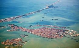 Art auf Venedig vom Flugzeug Stockfotos