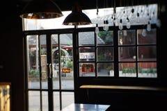 Art Beautiful Internal Shop View foncé avec la lumière de soirée fenêtres, porte Photos libres de droits