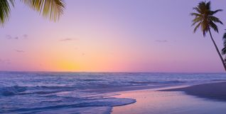 Art Beautiful soluppg?ng ?ver den tropiska stranden; paradissommarsemester royaltyfria foton
