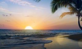 Art Beautiful-Sonnenuntergang über dem tropischen Strand Lizenzfreie Stockbilder