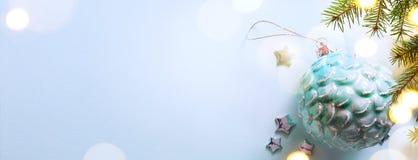 Art Blue Christmas; Semestrar bakgrund med Xmas-garnering på royaltyfri foto