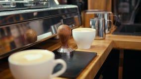 Art Cappuccino Coffee con el corazón de la espuma de la leche en el café, la tienda o el restaurante almacen de metraje de vídeo