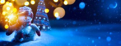 Art Christmas-achtergrond met Kerstboom en sneeuwman Stock Afbeeldingen