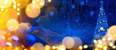 Art Christmas-achtergrond met Kerstboom en vakantie orname Stock Afbeeldingen