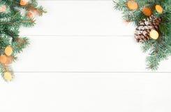 Art Christmas-boomdecoratie op witte houten achtergrond met mede Royalty-vrije Stock Afbeeldingen