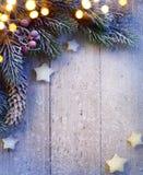 Art Christmas-Hintergrund mit den Tannenzweigen und den goldenen Sternen Lizenzfreies Stockfoto