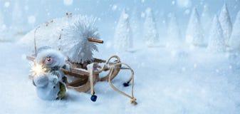 Art Christmas-Hintergrund mit Weihnachtsbaum auf Sankt-Pferdeschlitten Lizenzfreie Stockfotos