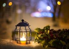 Art Christmas-Laterne mit Schneefällen Stockfoto
