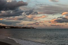 Art City na costa, cidade turística da praia no por do sol foto de stock royalty free