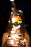 Art coloré de visage d'arc-en-ciel sur une jeune fille la nuit avec le bokeh Photos libres de droits