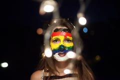 Art coloré de visage d'arc-en-ciel sur une jeune fille la nuit avec le bokeh Photographie stock libre de droits