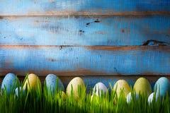 Art Colorful easter ägg Bakgrund med easter ägg på gräsplanG Royaltyfri Bild