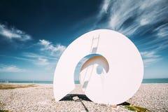 Art Composition Shell On Beach på Sunny Summer Day On Blue himmel B Royaltyfri Fotografi