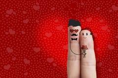 Art conceptuel de doigt Les amants de hippie sont embrassants et tenants le bouquet des coeurs rouges barre Photos stock