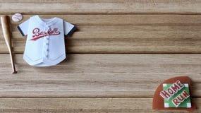 Art?culos del b?isbol en un fondo de madera imagen de archivo