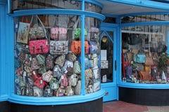 Art déco shoppar pilbågen beklädde fönstret Arkivfoton