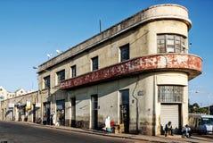Art déco viejo colonial italiano que construye en la ciudad Eritrea de Asmara imagen de archivo libre de regalías