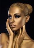 Vergoldung. Profil des Gesichtes der überraschten goldenen Frau. Fantasie lizenzfreies stockfoto