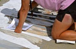 Art de craie et une fille décolorée au soleil photos libres de droits
