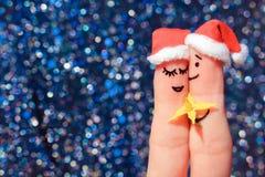 Art de doigt d'un couple heureux L'homme donne des fleurs à une femme Image modifiée la tonalité Image stock