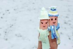 Art de doigt d'un couple heureux sur le fond de la neige Images libres de droits