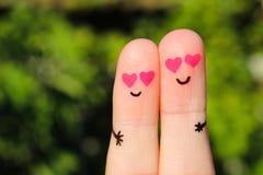 Art de doigt d'un couple heureux Un homme et une femme étreignent avec les coeurs roses dans les yeux Photos stock
