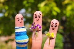 Art de doigt des couples heureux L'homme donne à des fleurs la femme enceinte Photos stock