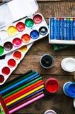 Art de la peinture Peignez les seaux sur le fond en bois La peinture différente colore la peinture sur le fond en bois Ensemble d Images stock