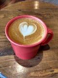 Art de Latte, café avec une conception créative de coeur en lait cuit à la vapeur Photo stock