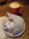 Art de Latte, café avec une conception cuite à la vapeur créative de lait et un croissant d'amande Photographie stock libre de droits