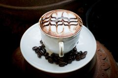 Art de Latte, café en grains de café et fond asiatique de poterie Image stock
