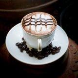 Art de Latte, café en grains de café et fond asiatique de poterie Photos libres de droits