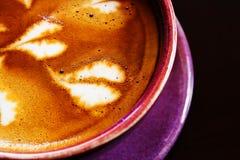 Art de Latte dans la cuvette de café sur le fond en bois. photographie stock libre de droits