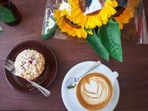 Art de latte de café de vue supérieure sur la table en bois avec le biscuit Photos stock