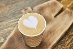 Art de latte de coeur, tasse de papier Images stock