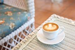 Art de latte de forme de coeur de café chaud Photographie stock libre de droits