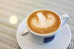 Art de latte de forme de coeur de la boisson chaude de café savoureuse Images stock