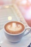 Art de latte de forme de coeur de la boisson chaude de café savoureuse Photo stock