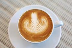 Art de latte de forme de coeur de la boisson chaude de café savoureuse Images libres de droits