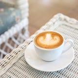 Art de latte de forme de coeur de la boisson chaude de café savoureuse Image libre de droits