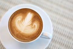 Art de latte de forme de coeur de la boisson chaude de café savoureuse Photo libre de droits