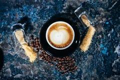 Art de Latte sur des tasses de café à la barre, au bar ou au restaurant Image libre de droits